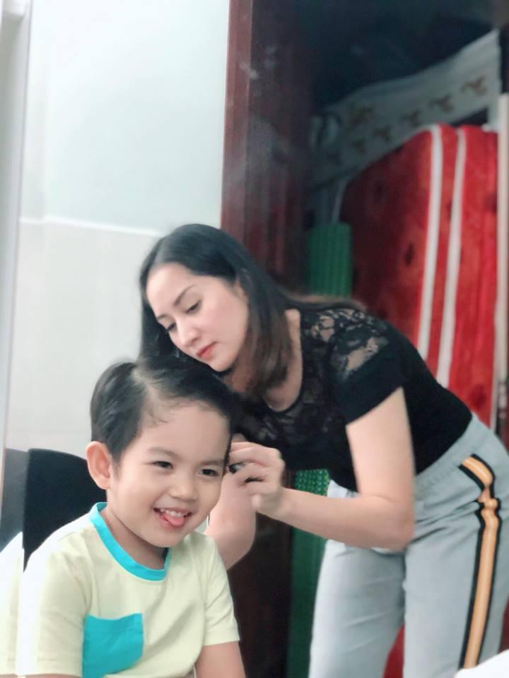 Được mẹ làm tóc cho, con trai 3 tuổi của Khánh Thi biểu cảm vô cùng đáng yêu - Ảnh 5