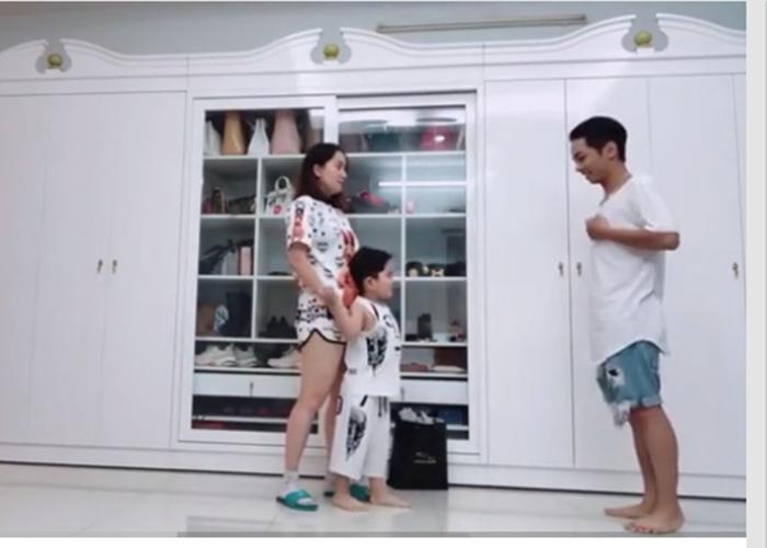 Thấy bố giành mất mẹ, con trai ba tuổi của Khánh Thi bất ngờ 'ghen lồng lộn' - Ảnh 1