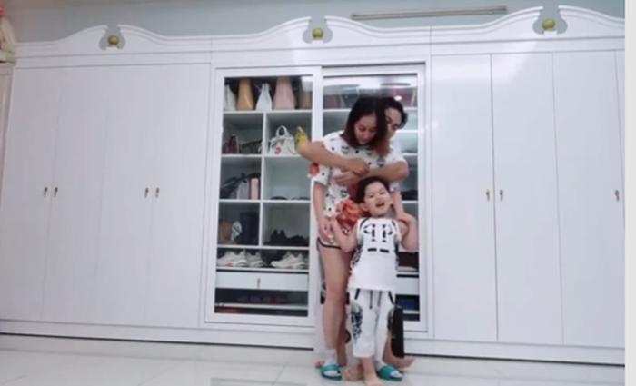 Thấy bố giành mất mẹ, con trai ba tuổi của Khánh Thi bất ngờ 'ghen lồng lộn' - Ảnh 3