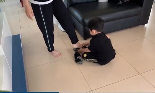 Con trai Khánh Thi khụy gối mang giày giúp mẹ như 'soái ca' khiến dân mạng điêu đứng - Ảnh 1