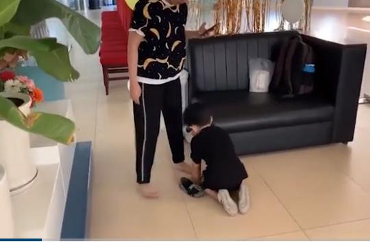 Con trai Khánh Thi khụy gối mang giày giúp mẹ như 'soái ca' khiến dân mạng điêu đứng - Ảnh 2