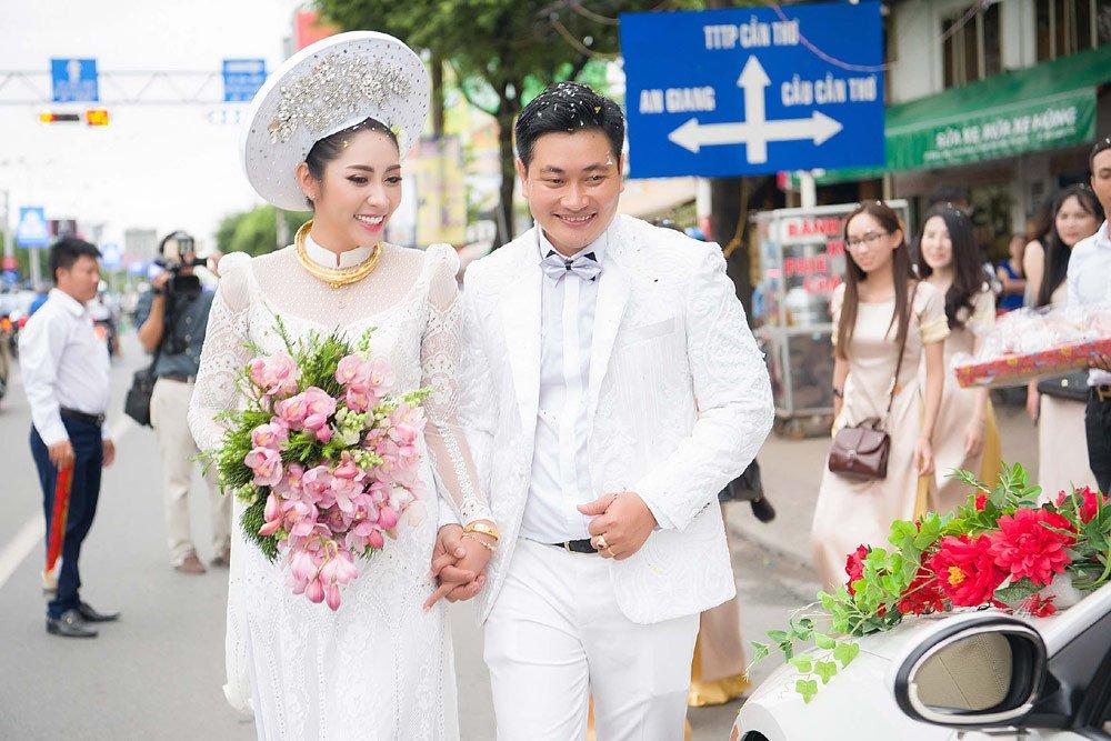 Đặng Thu Thảo đeo kiềng vàng to vật vã trong lễ rước dâu về nhà đại gia miền Tây - Ảnh 1
