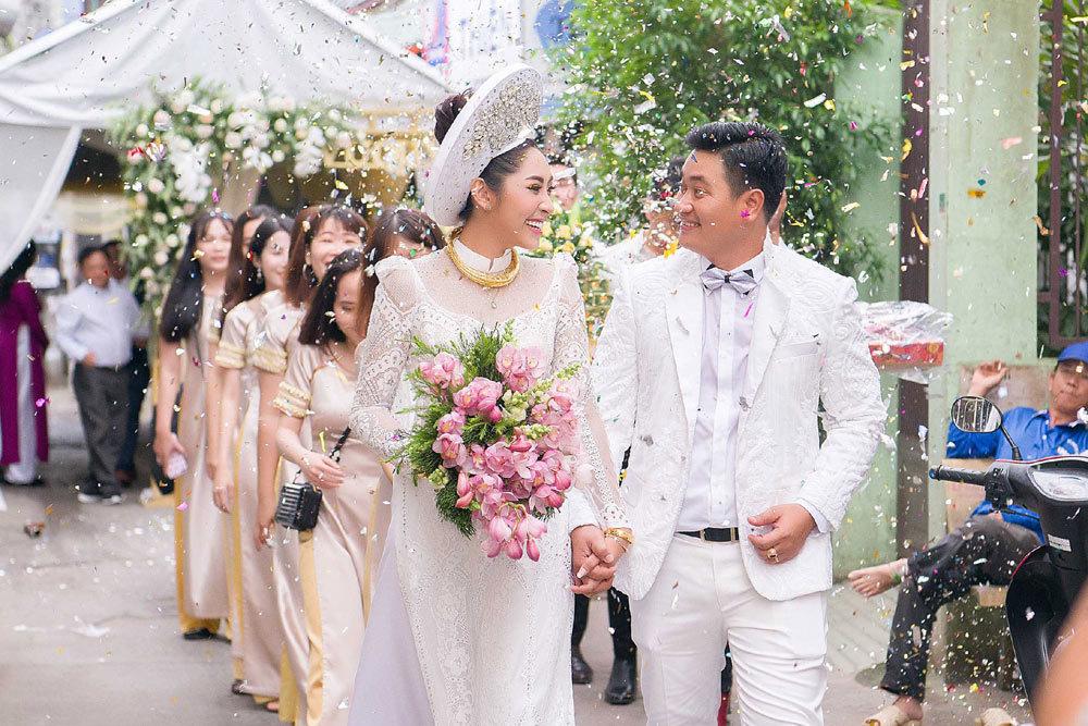 Đặng Thu Thảo đeo kiềng vàng to vật vã trong lễ rước dâu về nhà đại gia miền Tây - Ảnh 2