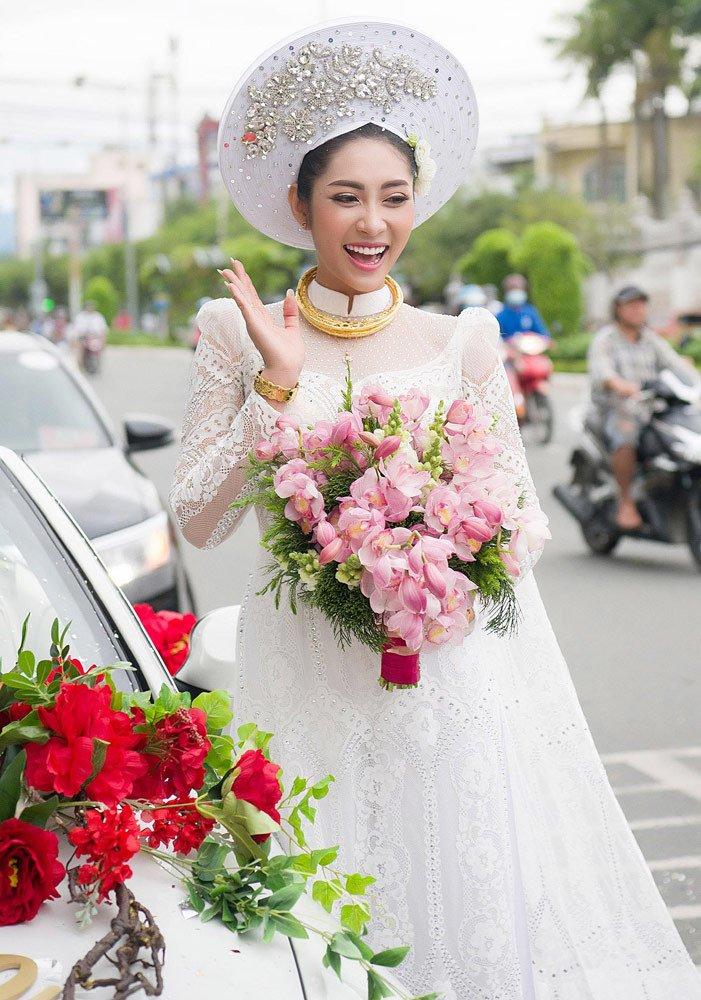 Đặng Thu Thảo đeo kiềng vàng to vật vã trong lễ rước dâu về nhà đại gia miền Tây - Ảnh 3