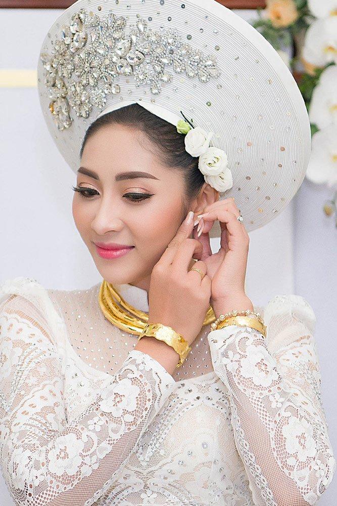 Đặng Thu Thảo đeo kiềng vàng to vật vã trong lễ rước dâu về nhà đại gia miền Tây - Ảnh 4