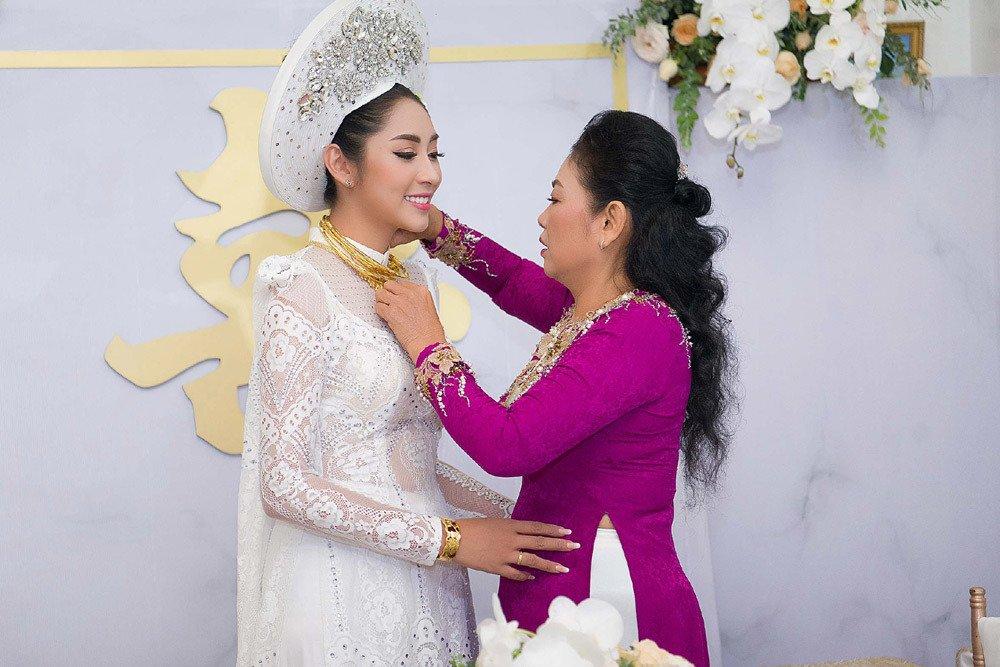 Đặng Thu Thảo đeo kiềng vàng to vật vã trong lễ rước dâu về nhà đại gia miền Tây - Ảnh 5