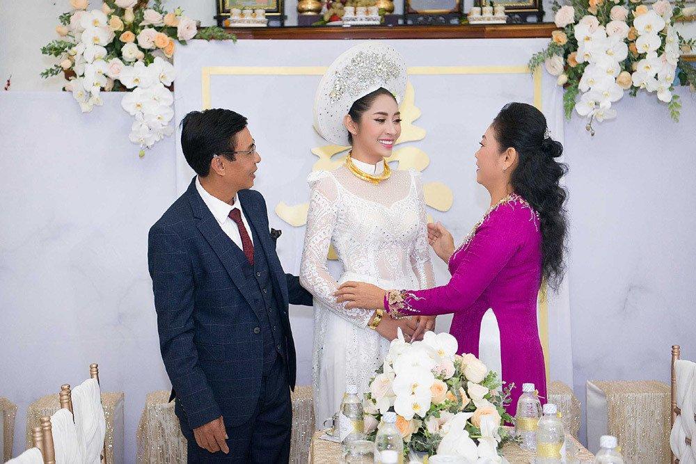 Đặng Thu Thảo đeo kiềng vàng to vật vã trong lễ rước dâu về nhà đại gia miền Tây - Ảnh 7