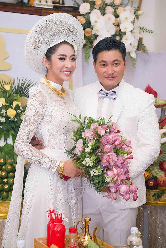 Đặng Thu Thảo đeo kiềng vàng to vật vã trong lễ rước dâu về nhà đại gia miền Tây - Ảnh 9