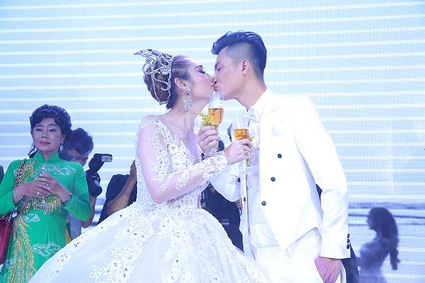 Nhìn lại những khoảnh khắc vui tươi nhưng đầy xúc động trong đám cưới Lâm Khánh Chi: Ai cũng xứng đáng có được hạnh phúc! - Ảnh 2