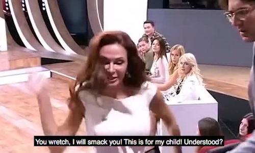 Nữ diễn viên tát khán giả sấp mặt ngay trên sóng vì chỉ trích con mình bị Down - Ảnh 1