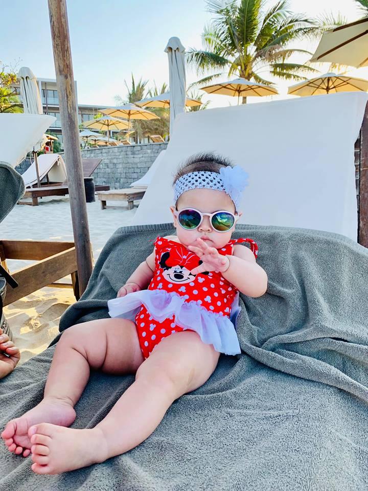 Ngắm vẻ bụ bẫm đáng yêu của con gái Thanh Thảo trên bãi biển Đà Nẵng - Ảnh 10
