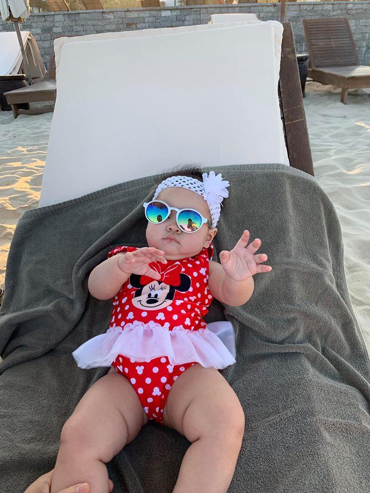 Ngắm vẻ bụ bẫm đáng yêu của con gái Thanh Thảo trên bãi biển Đà Nẵng - Ảnh 5