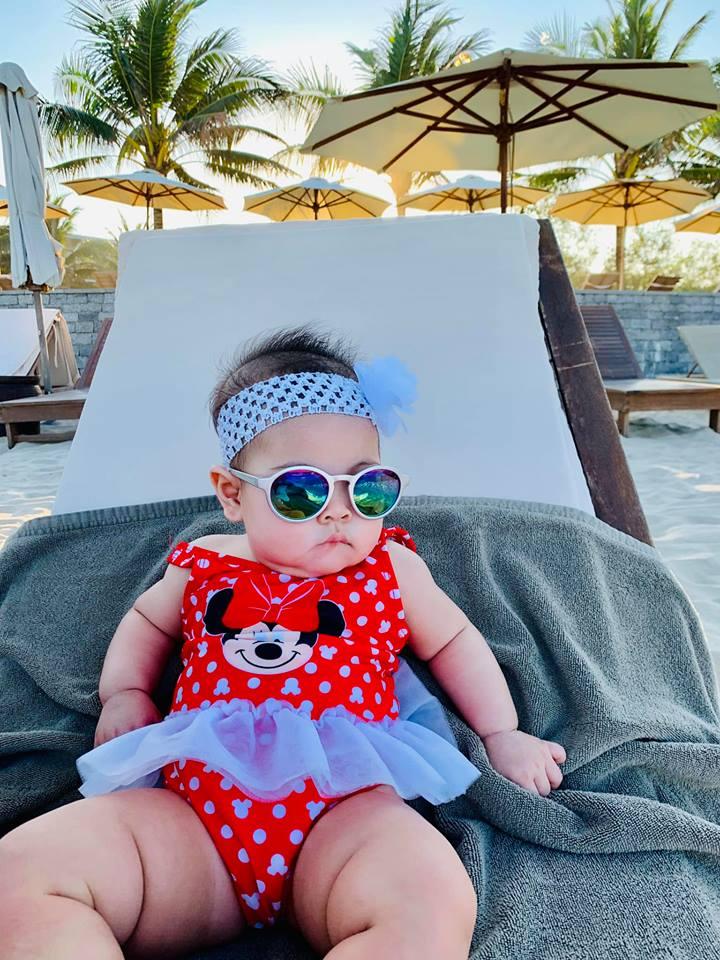 Ngắm vẻ bụ bẫm đáng yêu của con gái Thanh Thảo trên bãi biển Đà Nẵng - Ảnh 8