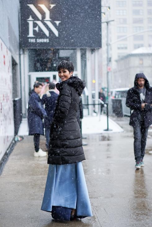 Đọ sắc với đương kim Hoa hậu Hoàn vũ Thế giới, H'Hen Niê không hề kém cạnh - Ảnh 4