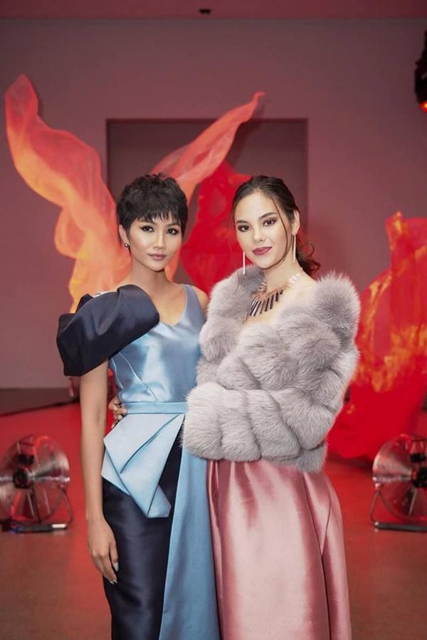 Đọ sắc với đương kim Hoa hậu Hoàn vũ Thế giới, H'Hen Niê không hề kém cạnh - Ảnh 1