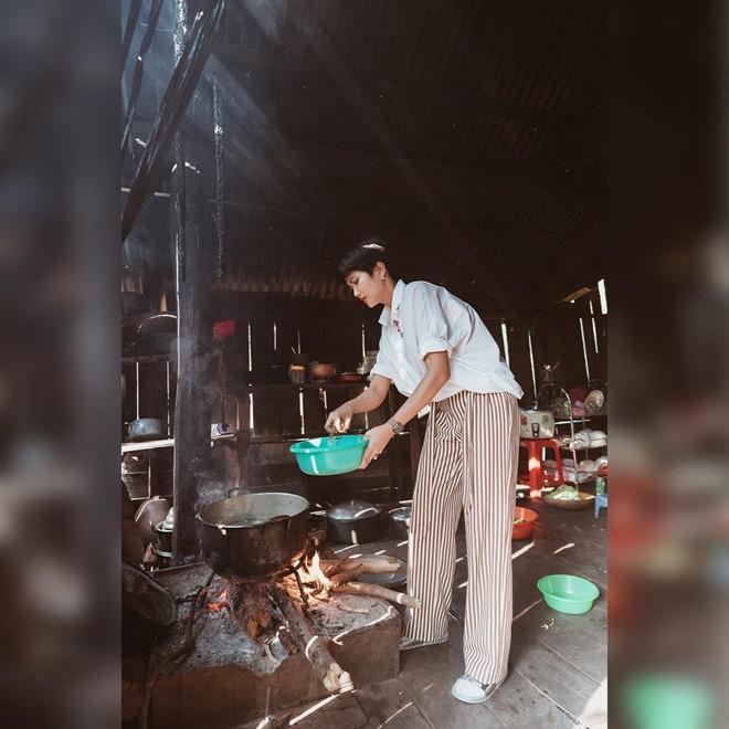 H'Hen Niê vào bếp nấu cơm, rửa bát cho mẹ khi về thăm nhà - Ảnh 1