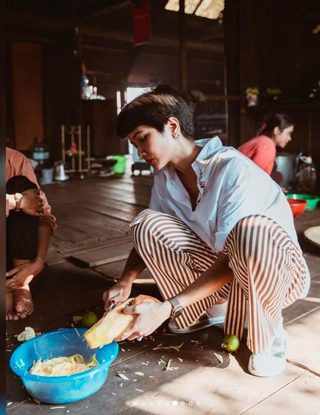 H'Hen Niê vào bếp nấu cơm, rửa bát cho mẹ khi về thăm nhà - Ảnh 5