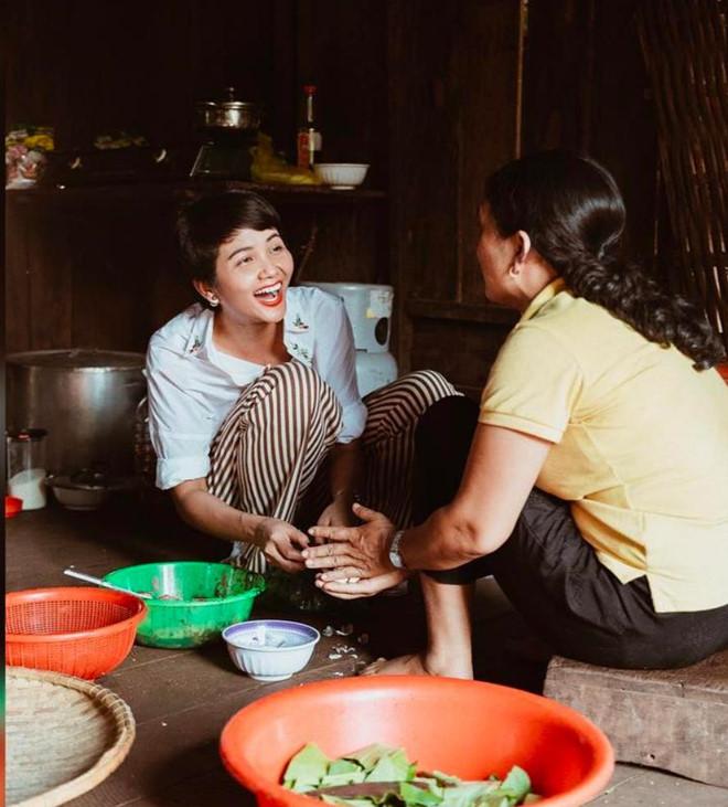 H'Hen Niê vào bếp nấu cơm, rửa bát cho mẹ khi về thăm nhà - Ảnh 6