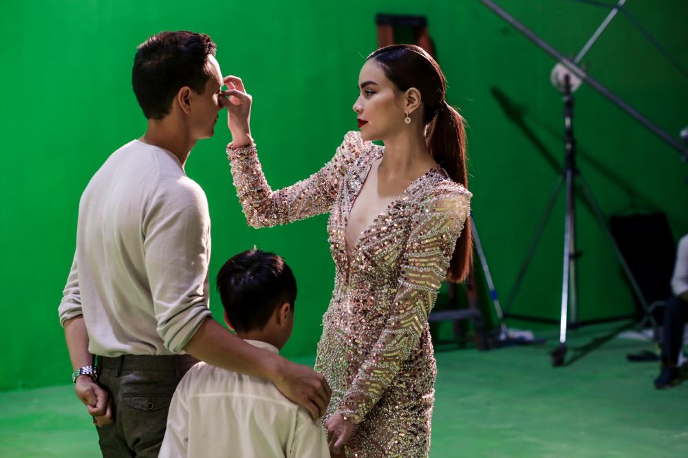 Hà Hồ lả lơi, tình cảm chăm sóc Kim Lý trong hậu trường quay MV - Ảnh 1