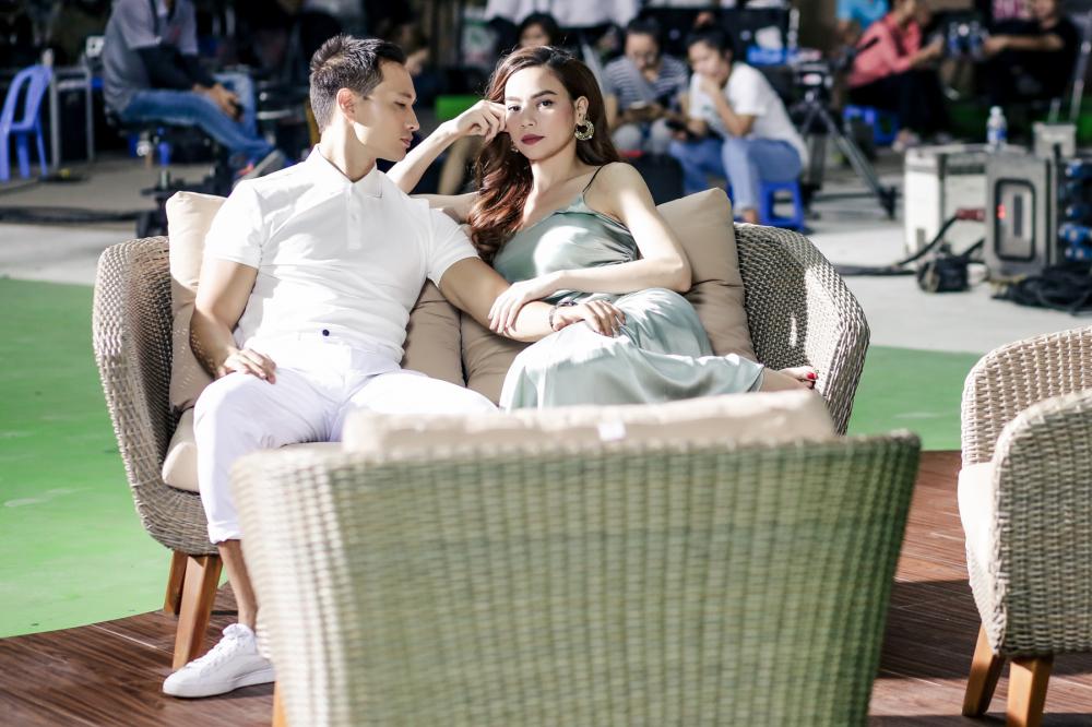 Hà Hồ lả lơi, tình cảm chăm sóc Kim Lý trong hậu trường quay MV - Ảnh 2