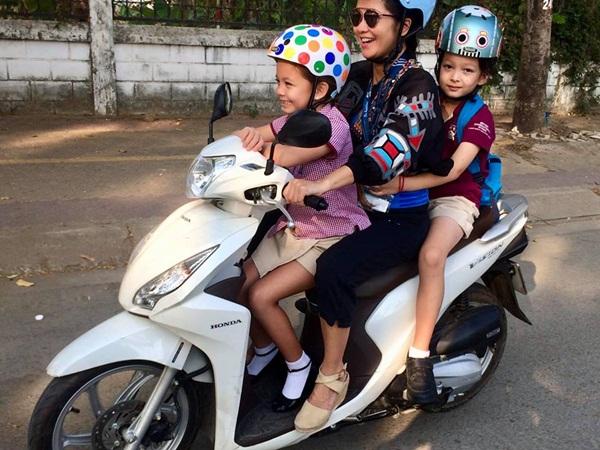 Cuộc sống mẹ đơn thân vất vả, di chuyển bằng xe máy của Hồng Nhung bên hai con sau ly hôn