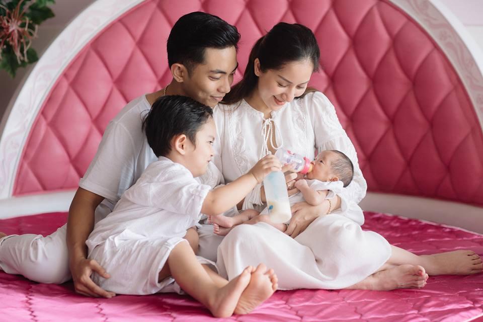 Clip cận cảnh gương mặt đáng yêu của con gái Khánh Thi - Phan Hiển, từ 2,2kg giờ đã lớn thế này - Ảnh 1
