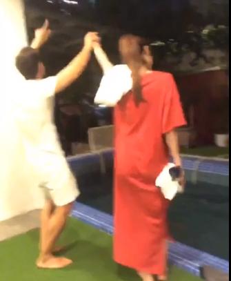 Clip Kim Lý công khai hôn Hà Hồ ở hồ bơi trong căn hộ triệu đô  - Ảnh 2