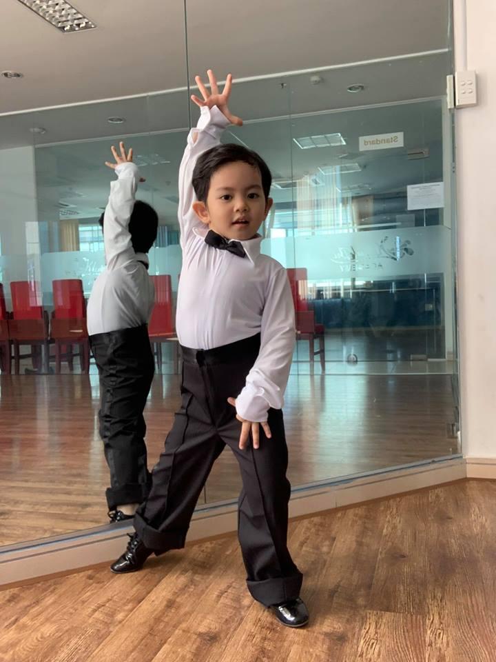 Mới ba tuổi, con trai Khánh Thi đã lên đồ và nhảy chuyên nghiệp như vũ công - Ảnh 1