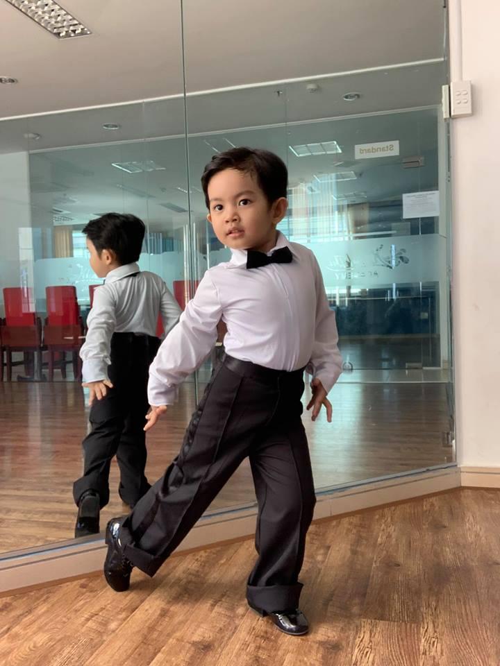 Mới ba tuổi, con trai Khánh Thi đã lên đồ và nhảy chuyên nghiệp như vũ công - Ảnh 2