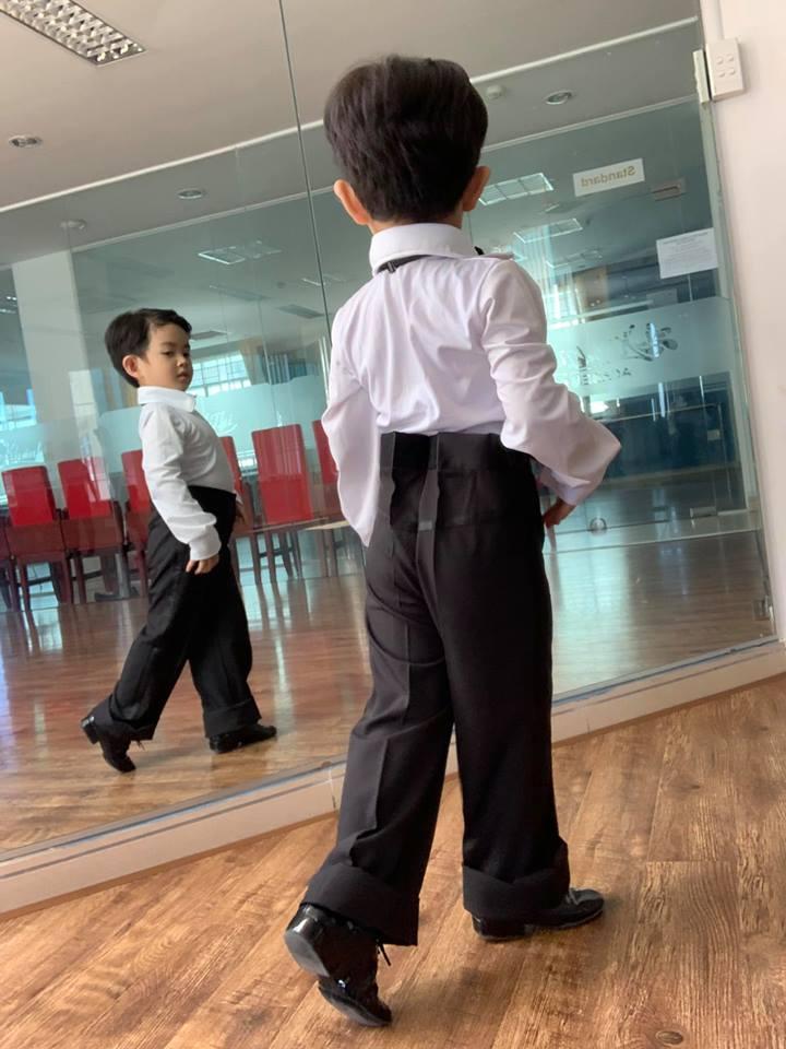 Mới ba tuổi, con trai Khánh Thi đã lên đồ và nhảy chuyên nghiệp như vũ công - Ảnh 3