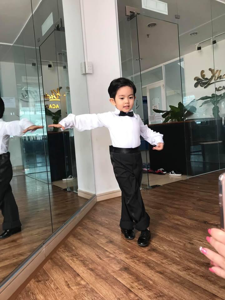 Mới ba tuổi, con trai Khánh Thi đã lên đồ và nhảy chuyên nghiệp như vũ công - Ảnh 5