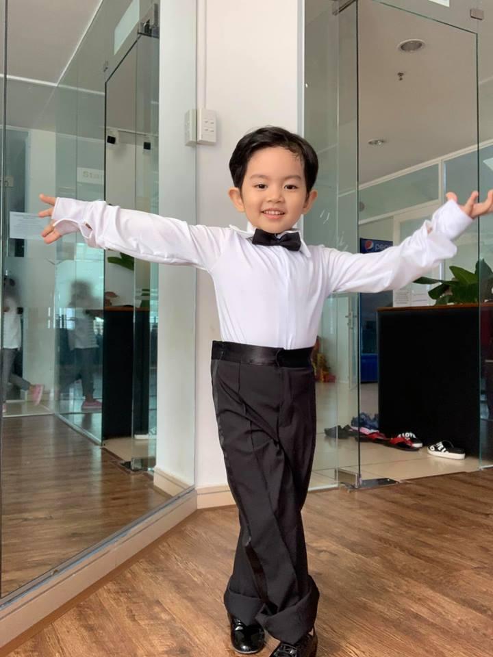 Mới ba tuổi, con trai Khánh Thi đã lên đồ và nhảy chuyên nghiệp như vũ công - Ảnh 7