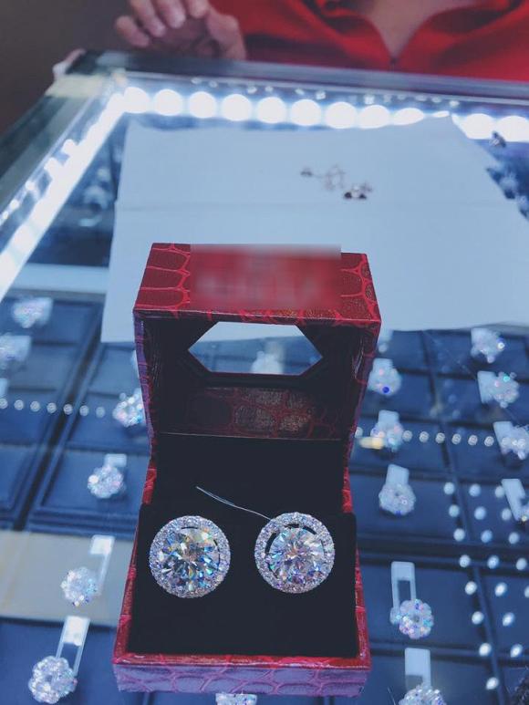 Lâm Khánh Chi được mẹ ruột tặng bông tai kim cương khủng giá 20 tỷ - Ảnh 2