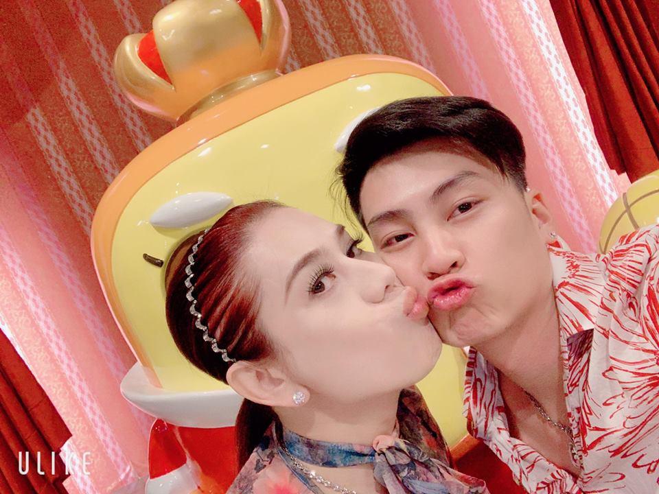 Lâm Khánh Chi nhí nhảnh hôn chồng nhân kỷ niệm 1 năm ngày cưới - Ảnh 1