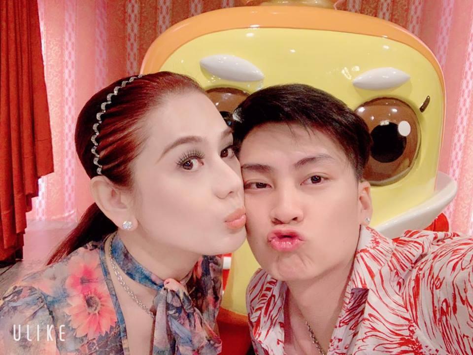 Lâm Khánh Chi nhí nhảnh hôn chồng nhân kỷ niệm 1 năm ngày cưới - Ảnh 2