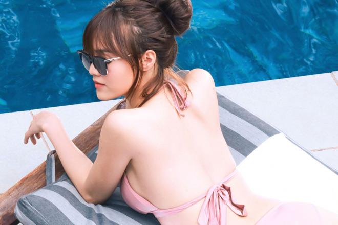 Bất ngờ với vóc dáng 'nóng bỏng' của Lan Ngọc khi diện bikini lả lơi bên hồ bơi - Ảnh 1
