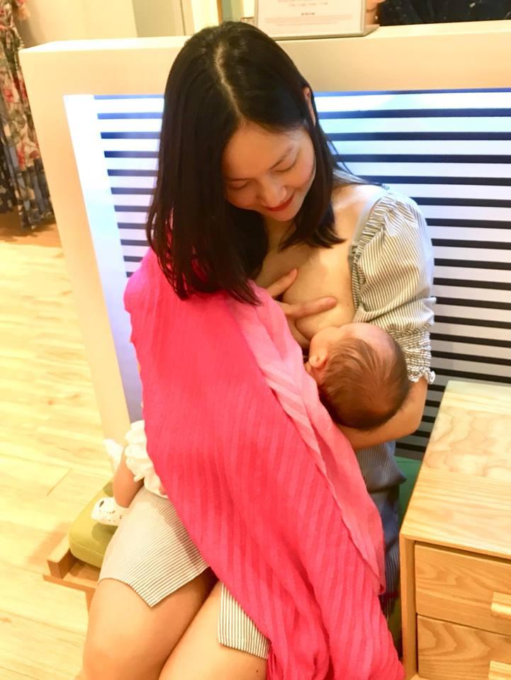 Sau clip khóa môi chồng Tây trong phòng đăng ký kết hôn, Lan Phương tung ảnh cho con bú cực hot - Ảnh 1