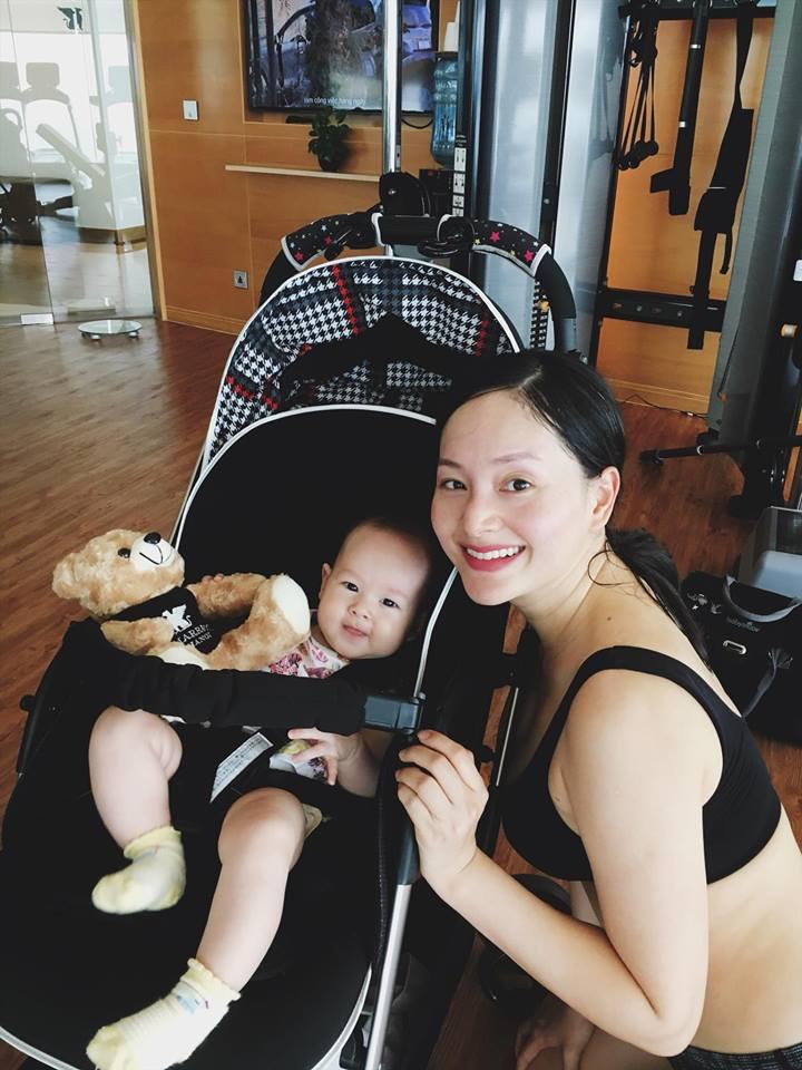 Lan Phương đi tập gym sau 4 tháng sinh mổ, con gái ngủ quên vì chờ mẹ - Ảnh 1