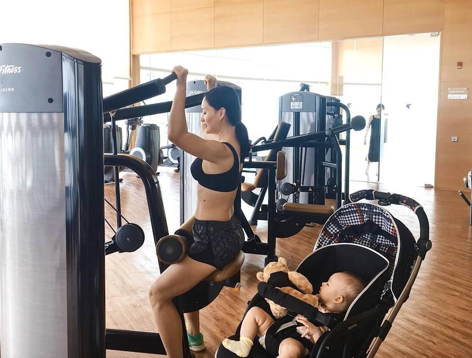 Lan Phương đi tập gym sau 4 tháng sinh mổ, con gái ngủ quên vì chờ mẹ - Ảnh 2