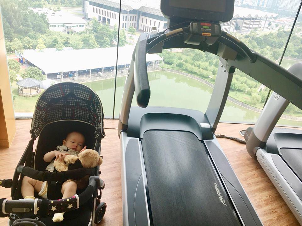 Lan Phương đi tập gym sau 4 tháng sinh mổ, con gái ngủ quên vì chờ mẹ - Ảnh 3