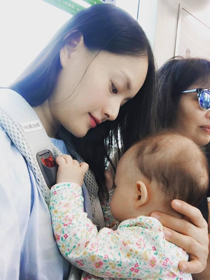 Lan Phương đi tập gym sau 4 tháng sinh mổ, con gái ngủ quên vì chờ mẹ - Ảnh 5