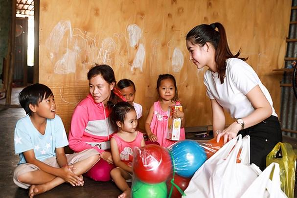 Lê Âu Ngân Anh tự tay đút cơm cho trẻ em nghèo khi đi phát quà từ thiện - Ảnh 4