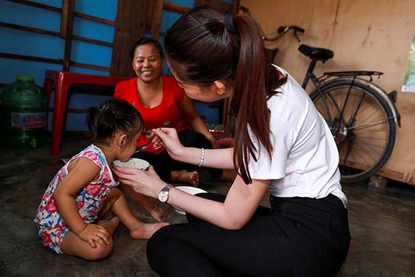 Lê Âu Ngân Anh tự tay đút cơm cho trẻ em nghèo khi đi phát quà từ thiện - Ảnh 5