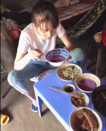 Lộ clip Ngọc Trinh ngồi dạng chân ăn uống tới tấp, không thèm ngó ngàng đến ai - Ảnh 2