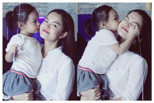Lộ ảnh Phạm Quỳnh Anh phờ phạc ôm con gái nhỏ trên máy bay sau ly hôn - Ảnh 2