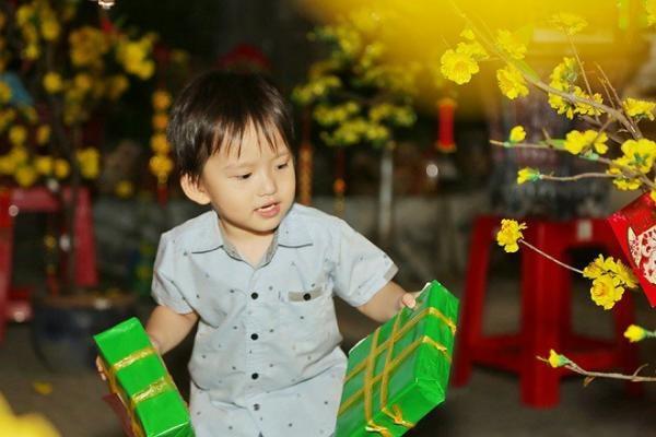 Phi Thanh Vân kín như bưng khi dắt con trai đi làm từ thiện dịp cuối năm - Ảnh 4