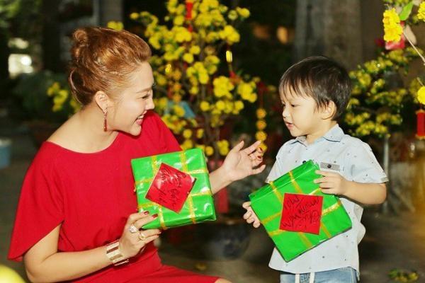 Phi Thanh Vân kín như bưng khi dắt con trai đi làm từ thiện dịp cuối năm - Ảnh 5
