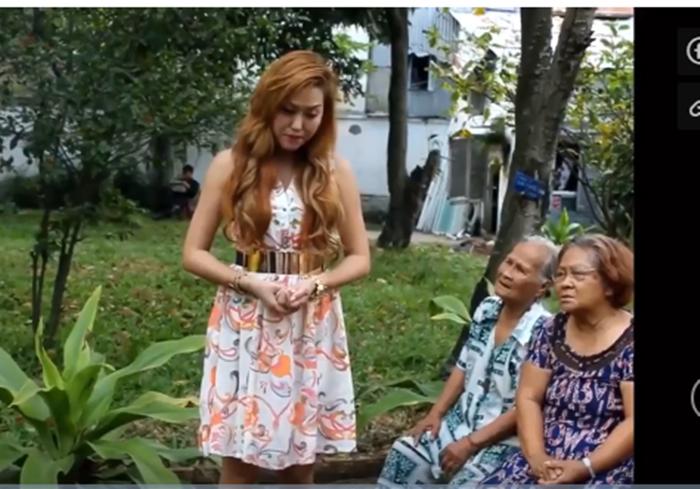 Đi từ thiện, Phi Thanh Vân tra tấn các cụ già bằng giọng hát không thể khủng khiếp hơn - Ảnh 1