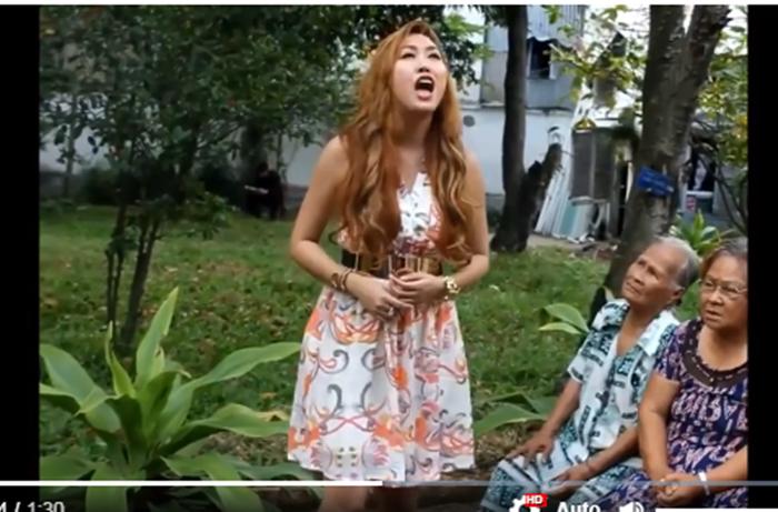 Đi từ thiện, Phi Thanh Vân tra tấn các cụ già bằng giọng hát không thể khủng khiếp hơn - Ảnh 3