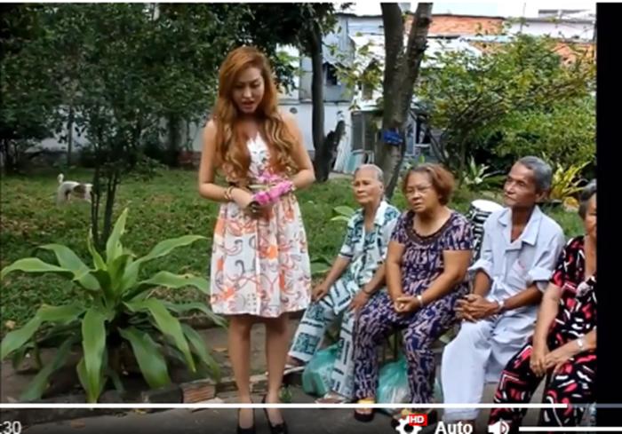 Đi từ thiện, Phi Thanh Vân tra tấn các cụ già bằng giọng hát không thể khủng khiếp hơn - Ảnh 4